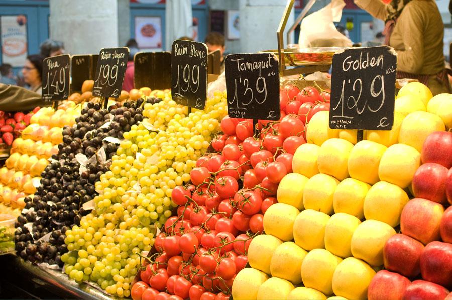 Фрукты и овощи от 1 до 2 евро за кг.