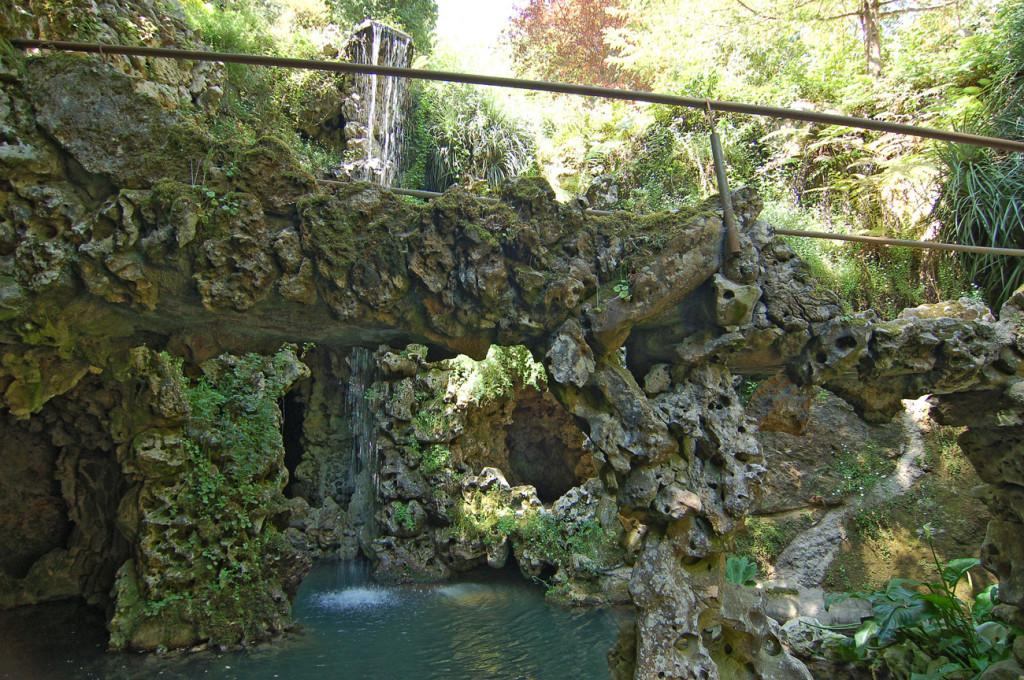 выход из пещер к водопаду