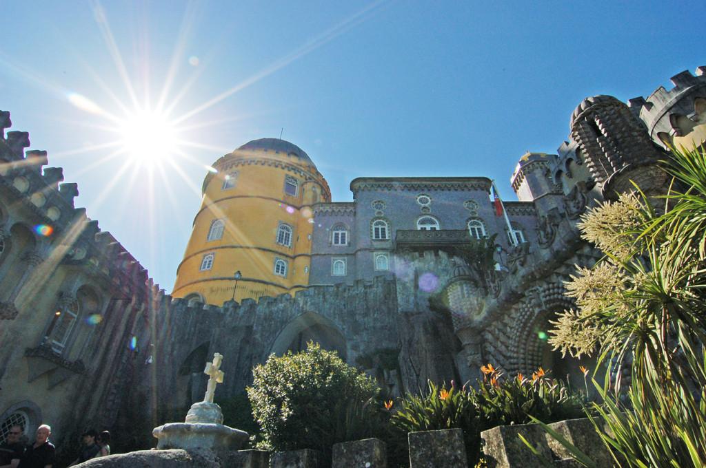 Дворец Пена в лучах солнца
