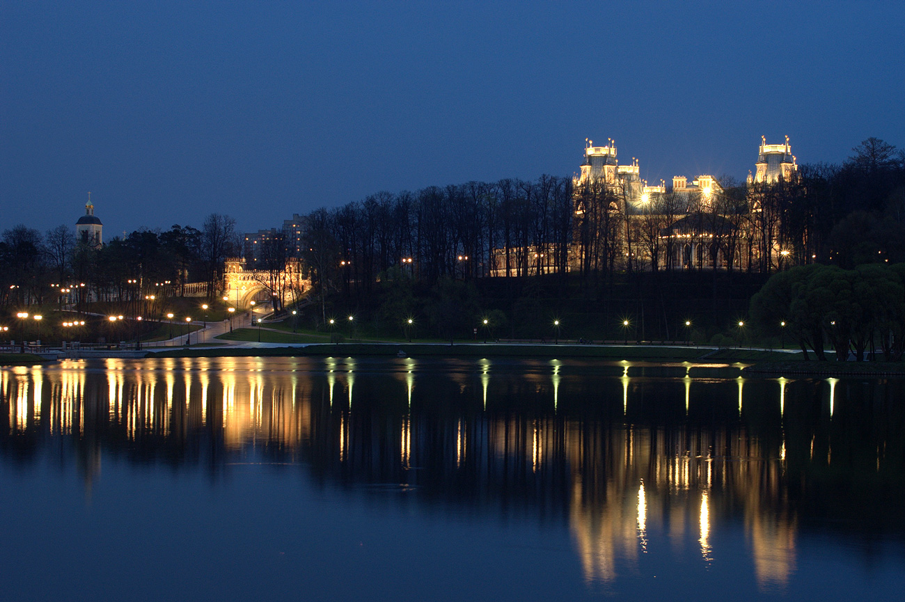 вечерний вид на дворец и пруд Царицыно