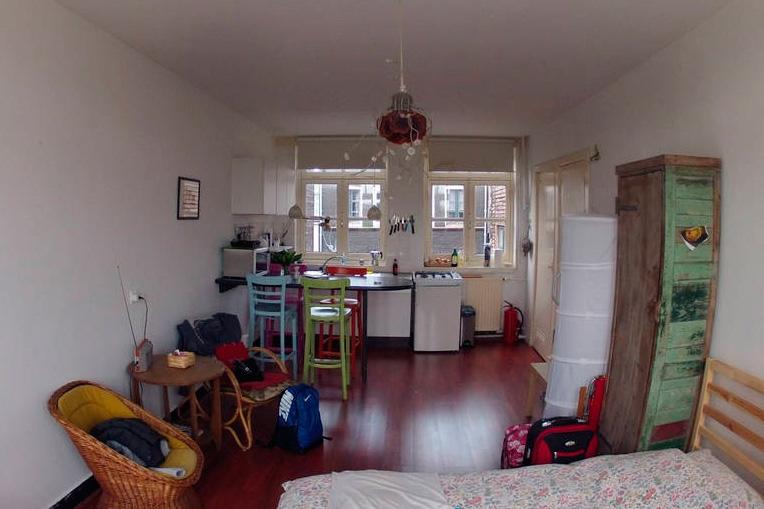 Вид на мини кухню в апартаментах Амстердама