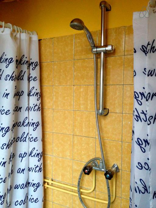 небольшая ванна в апартаменте Амстердама