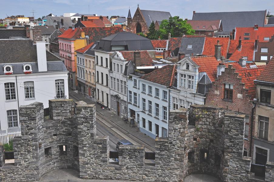 Вид со стен замка на город