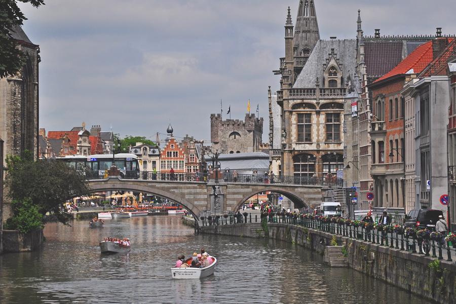 Вид на Гент рядом с церковью Святого Михаила