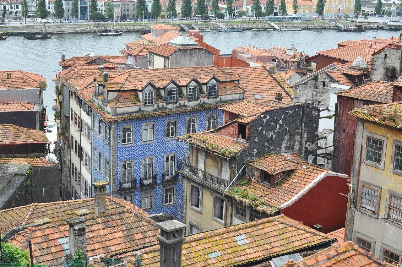 немного обшарпанные крыши домов в Порту
