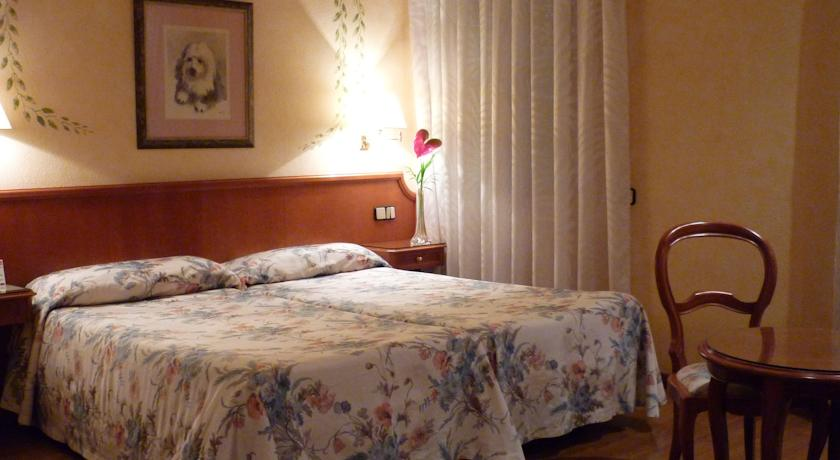 пример двухместного номера в отеле Regencia Colon в Барселоне