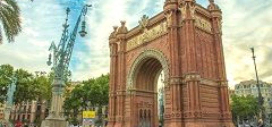Триумфальная арка – символичный памятник в центре Барселоны