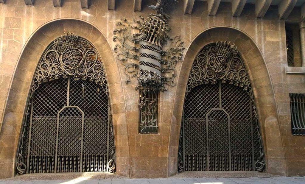 Красивые ворота дворца Гуэля