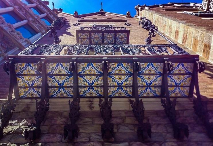 балконы декорированы керамикой