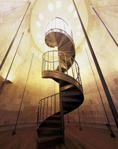 футуристическая лестница на крышу